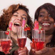 Dames toosten op een party